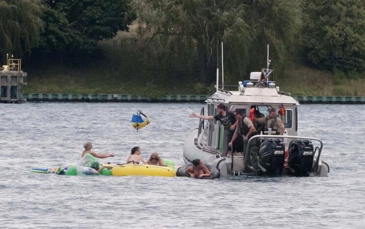 Miles de estadounidenses alcoholizados invaden Canadá con sus flotadores 08