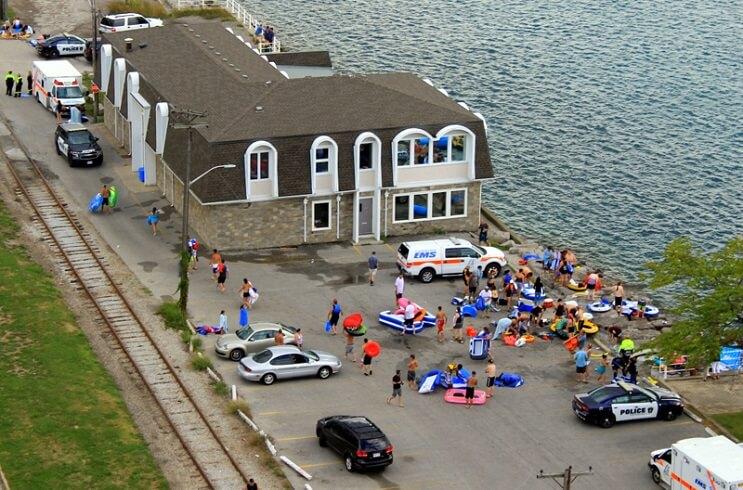 Miles de estadounidenses alcoholizados invaden Canadá con sus flotadores 09