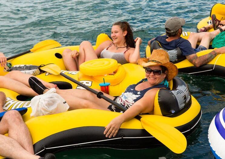 Miles de estadounidenses alcoholizados invaden Canadá con sus flotadores 10