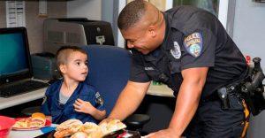 Niño ahorra dinero para comprarle almuerzo a los policías de su localidad