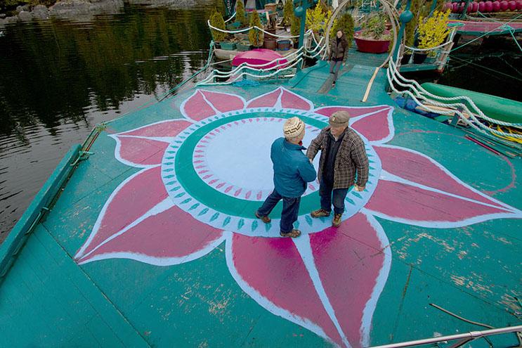 Pareja dedica 24 años a construir su hogar en una isla flotante 10