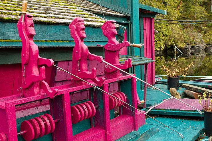 Pareja dedica 24 años a construir su hogar en una isla flotante 11