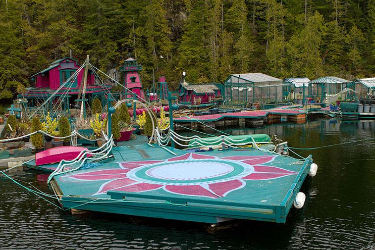 Pareja dedica 24 años a construir su hogar en una isla flotante 2