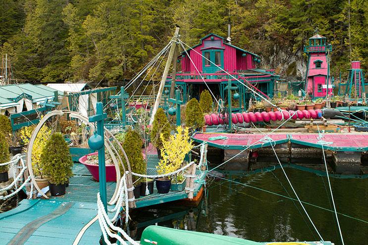 Pareja dedica 24 años a construir su hogar en una isla flotante 3