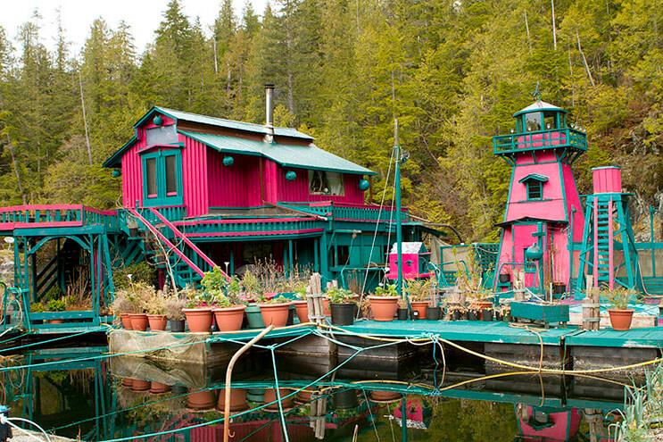 Pareja dedica 24 años a construir su hogar en una isla flotante 5