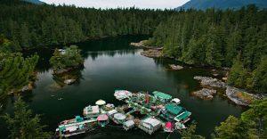 Pareja dedica 24 años a construir su hogar en una isla flotante