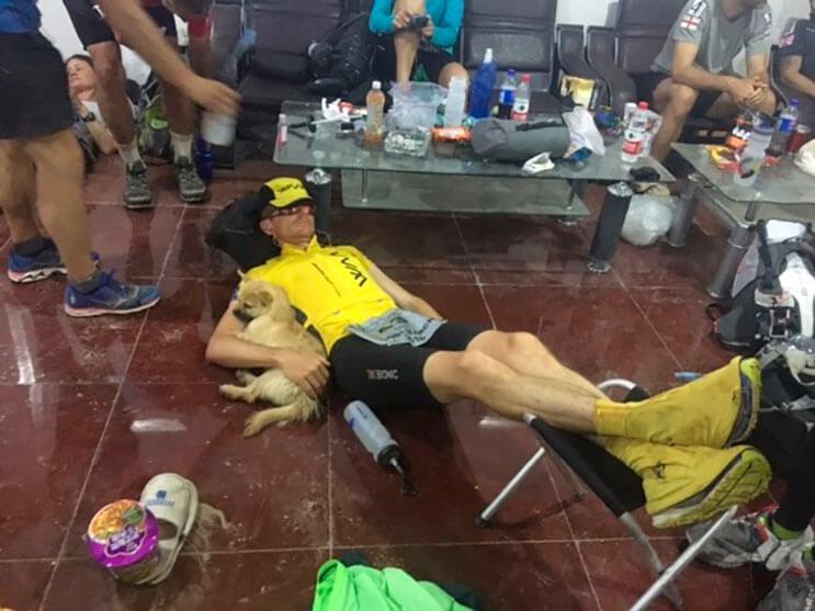 Perrita cruza la recta final de una maratón y gana algo más que una medalla 8