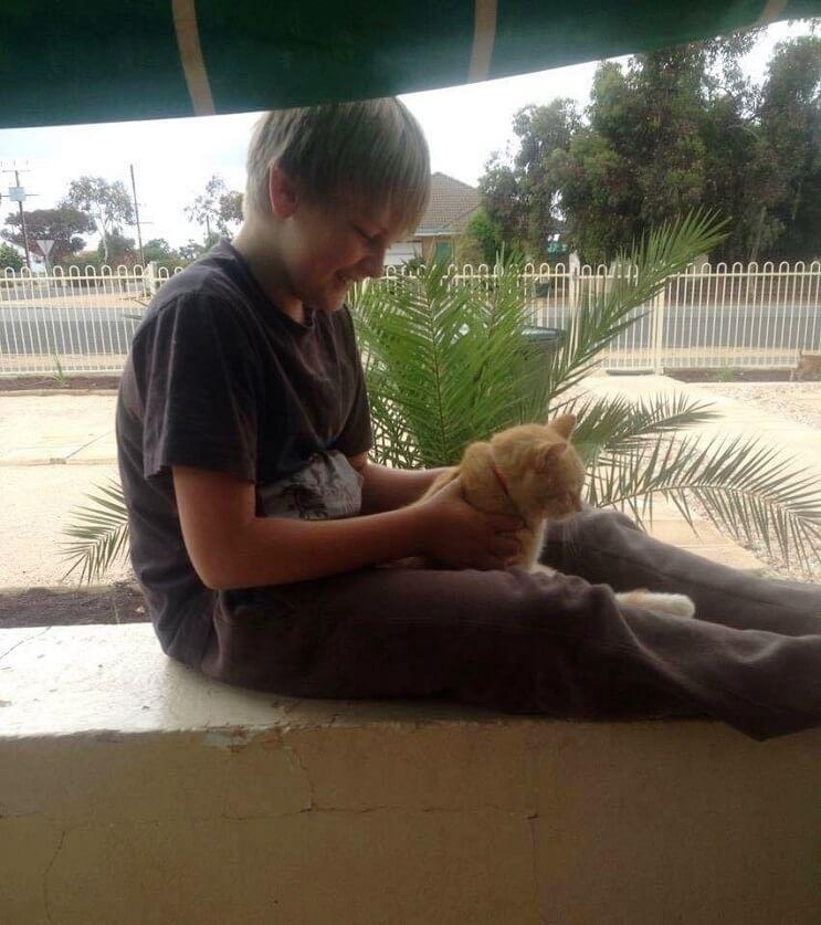 Un gato alegra la vida de su dueño que fue diagnosticado con cáncer 2 (1)