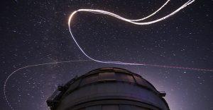 Paracaidistas de Red Bull descienden del cielo como una lluvia de meteoros