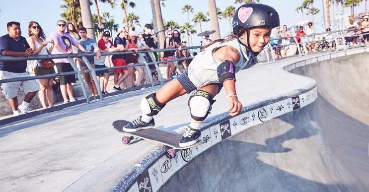 A pesar de su corta edad, esta niña se ha convertido en un prodigio del skate