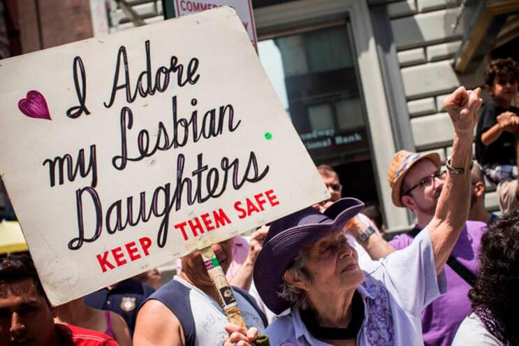 abuela-esta-mas-que-orgullosa-de-sus-hijas-lesbianas-y-lo-muestra-hace-30-anos-de-esta-manera-1