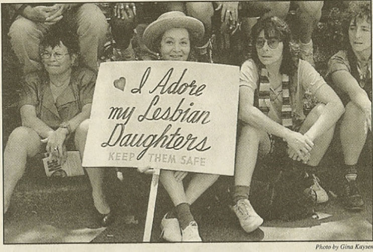 abuela-esta-mas-que-orgullosa-de-sus-hijas-lesbianas-y-lo-muestra-hace-30-anos-de-esta-manera-2