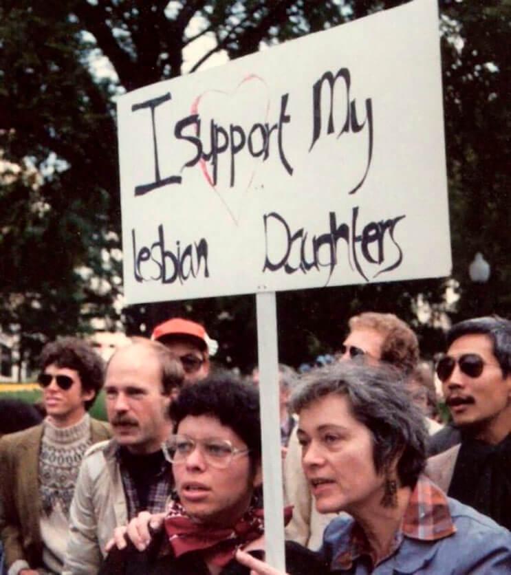 abuela-esta-mas-que-orgullosa-de-sus-hijas-lesbianas-y-lo-muestra-hace-30-anos-de-esta-manera-3