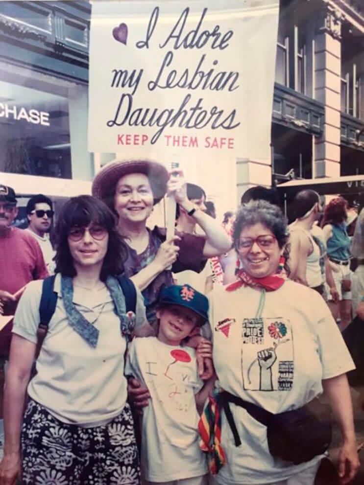 abuela-esta-mas-que-orgullosa-de-sus-hijas-lesbianas-y-lo-muestra-hace-30-anos-de-esta-manera-4