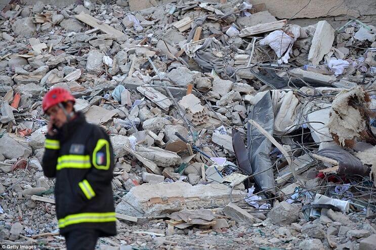Bomberos encontraron a una niña muerta y lo que había debajo de ella les rompió aún más el corazón bombero