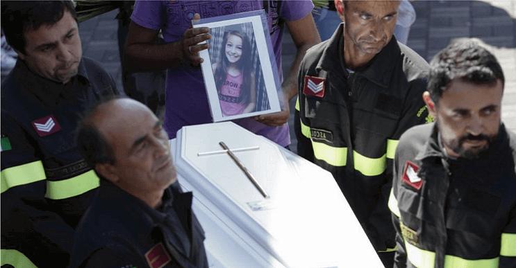 Bomberos encontraron a una niña muerta y lo que había debajo de ella les rompió aún más el corazón giulia