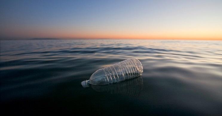 carreteras-construidas-con-plastico-obtenido-del-mar-botella