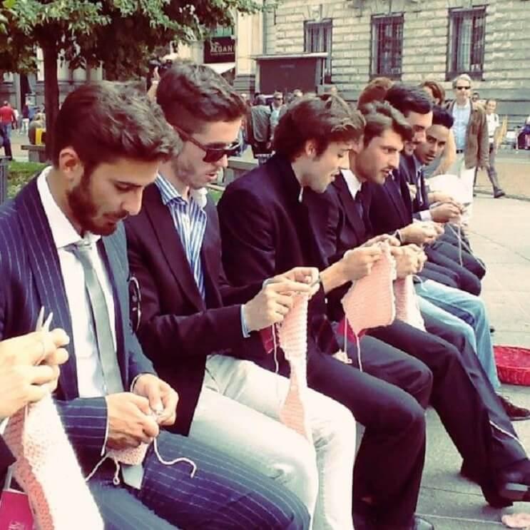 el-motivo-porque-estos-hombres-se-sentaron-a-tejer-en-plena-es-digno-de-admirar-3