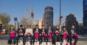 El motivo por el que estos hombres se sentaron a tejer en plena calle es digno de admirar