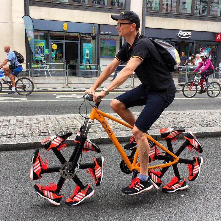 esta-bicicleta-le-dijo-adios-a-las-llantas-tradicionales-para-ponerse-zapatillas-1