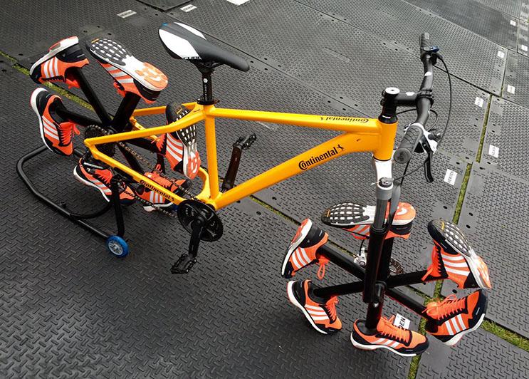 esta-bicicleta-le-dijo-adios-a-las-llantas-tradicionales-para-ponerse-zapatillas-2