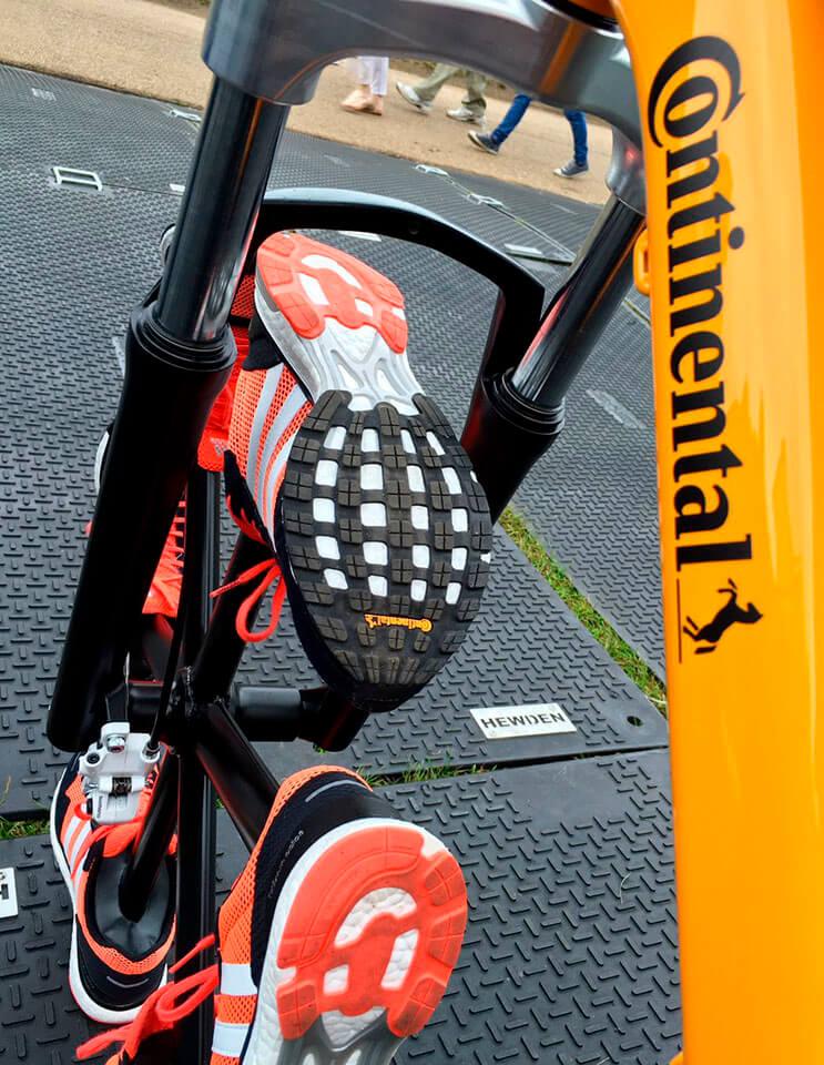 esta-bicicleta-le-dijo-adios-a-las-llantas-tradicionales-para-ponerse-zapatillas-3