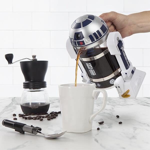esta-cafetera-de-r2-d2-promete-darte-la-fuerza-necesaria-a-tus-mananas-cafe