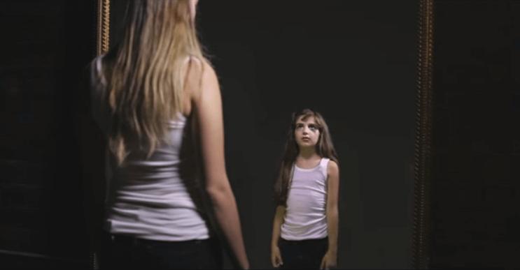 Esta chica enfrenta sus inseguridades en una impactante conversación con ella misma de pequeña