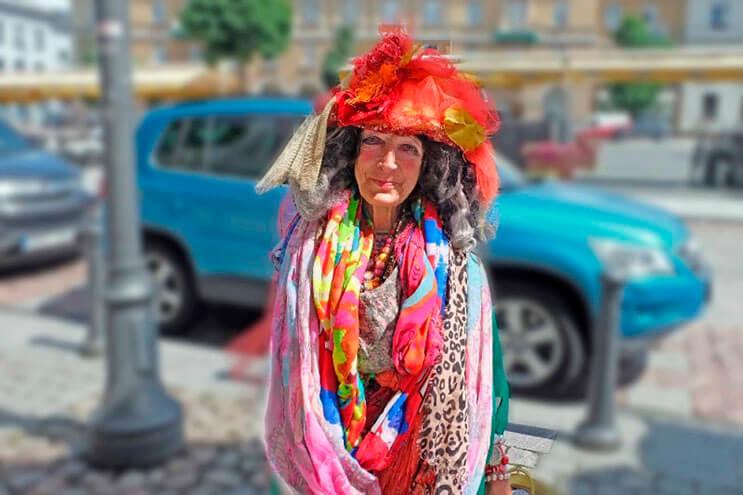 esta-mujer-que-vive-en-la-calle-se-ha-convertido-diva-y-sensacion-en-internet-2