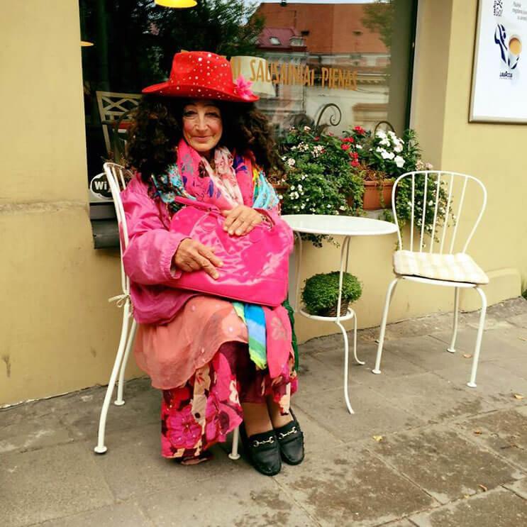 esta-mujer-que-vive-en-la-calle-se-ha-convertido-diva-y-sensacion-en-internet-5
