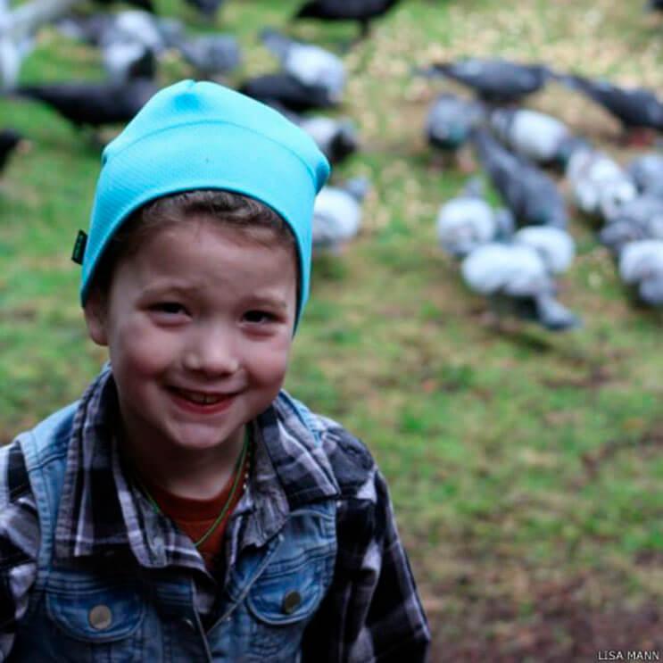 esta-nina-alimentaba-cuervos-y-anos-despues-le-traen-regalos