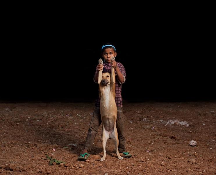 estas-fotos-de-ninos-callejeros-con-sus-perros-nos-muestran-una-gran-leccion-arriba