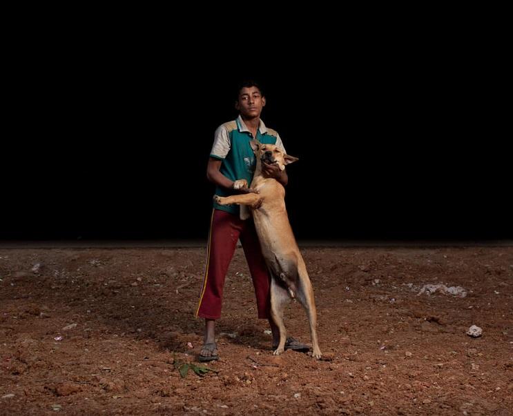estas-fotos-de-ninos-callejeros-con-sus-perros-nos-muestran-una-gran-leccion-marron