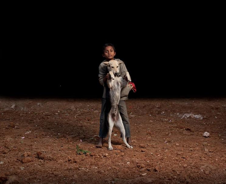 estas-fotos-de-ninos-callejeros-con-sus-perros-nos-muestran-una-gran-leccion-parados