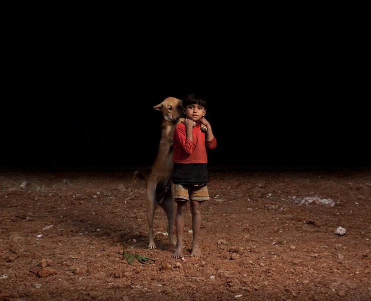 estas-fotos-de-ninos-callejeros-con-sus-perros-nos-muestran-una-gran-leccion-pequeno