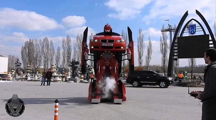 este-bmw-se-transforma-en-un-verdadero-robot-parado