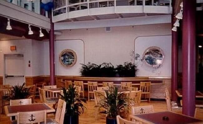 este-mcdonalds-flotante-fue-abandonado-y-alguna-vez-estuvo-considerado-como-uno-de-los-favoritos-mesas2