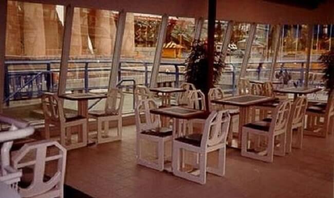 este-mcdonalds-flotante-fue-abandonado-y-alguna-vez-estuvo-considerado-como-uno-de-los-favoritos-mesas3
