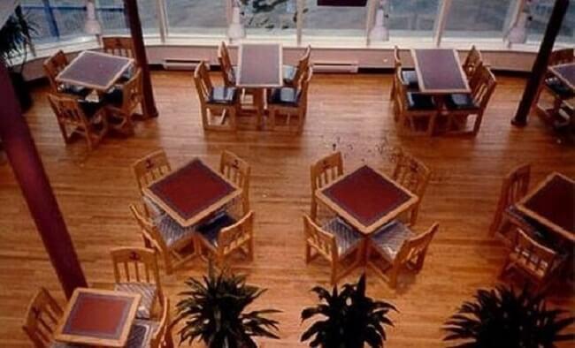 este-mcdonalds-flotante-fue-abandonado-y-alguna-vez-estuvo-considerado-como-uno-de-los-favoritos-mesas4