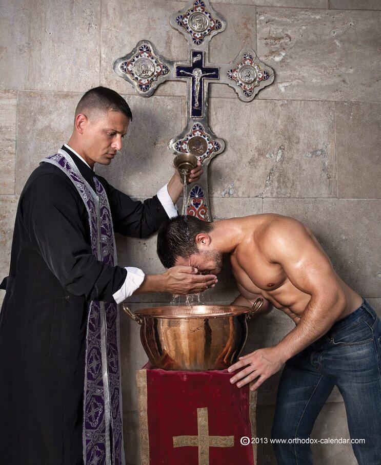 este-calendario-de-sacerdotes-desnudos-ha-levantado-gran-polemica-a-pesar-de-su-noble-accion-agua-bendita
