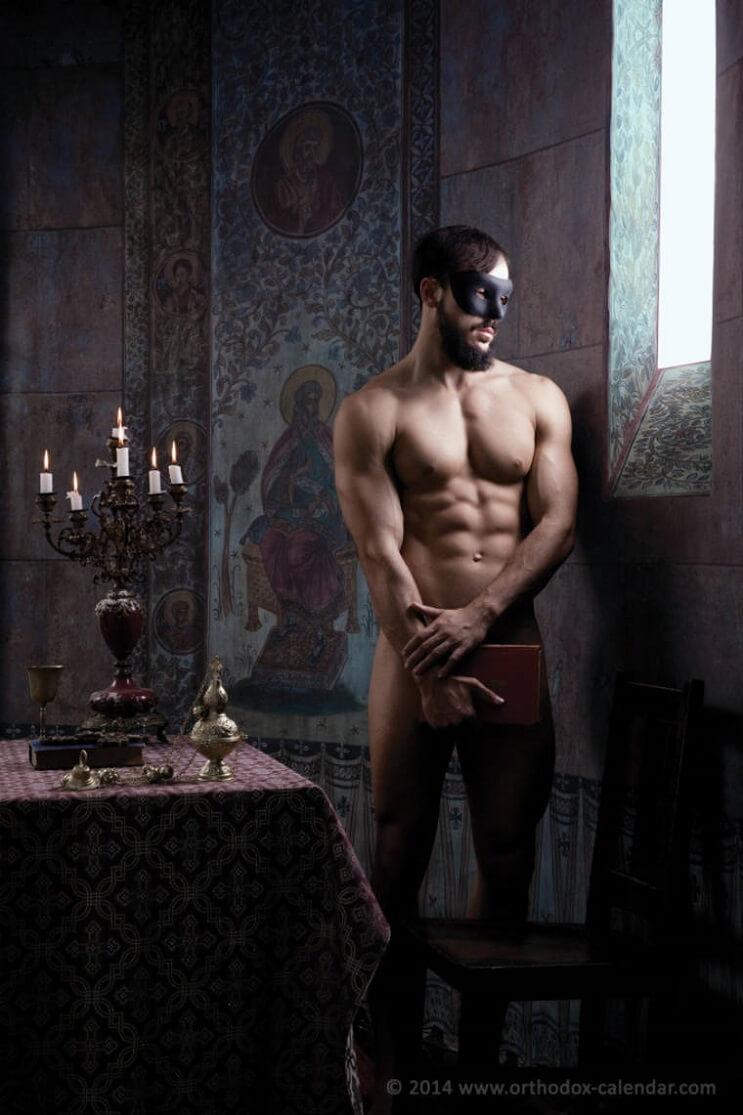 este-calendario-de-sacerdotes-desnudos-ha-levantado-gran-polemica-a-pesar-de-su-noble-accion-biblia