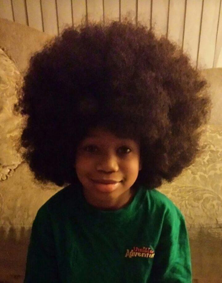 este-chico-dejo-crecer-su-cabello-por-dos-anos-para-ayudar-a-ninos-con-cancer-afro