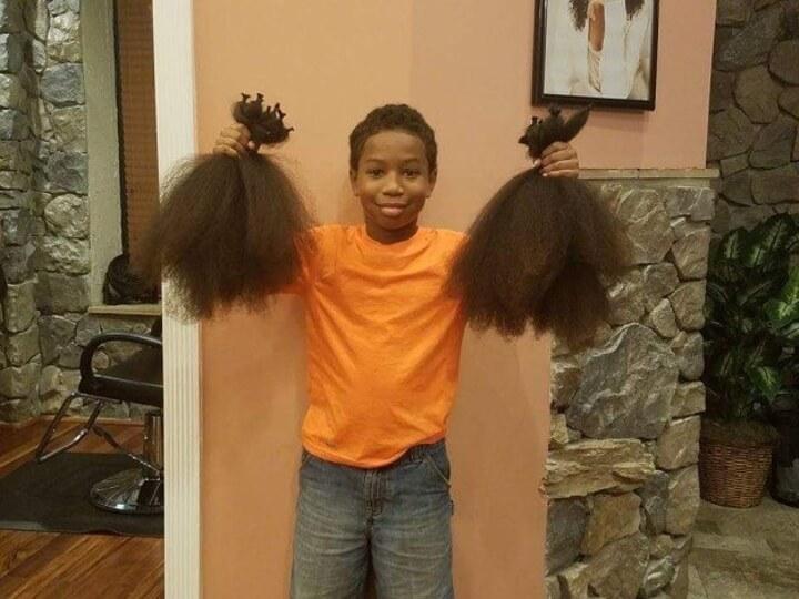 este-chico-dejo-crecer-su-cabello-por-dos-anos-para-ayudar-a-ninos-con-cancer-corte