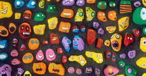 Este padre ha recogido casi 1,000 piedras de la playa y las han convertido en divertidos personajes