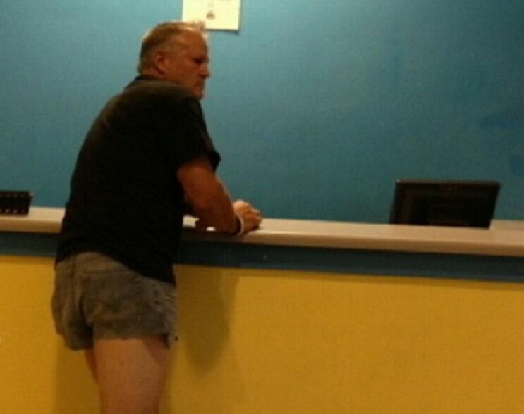 Este papá viste un mini short para darle un gran lección a su hija adolescente portada