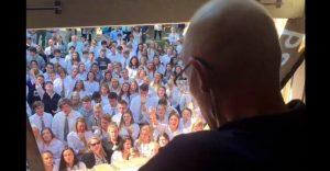 Este profesor con cáncer miró por su ventana y alguien le dedicó una canción