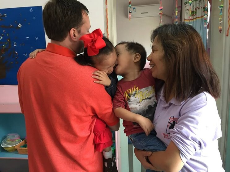 estos-ninos-que-vivian-en-un-orfanato-tuvieron-un-reencuentro-de-lo-mas-emocional-beso