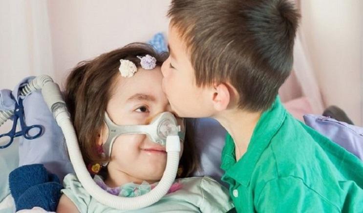 foto-de-nina-con-enfermedad-terminal-que-se-caso-con-su-mejor-amigo-conmueve-en-internet-beso