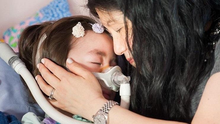 foto-de-nina-con-enfermedad-terminal-que-se-caso-con-su-mejor-amigo-conmueve-en-internet-madre-hija