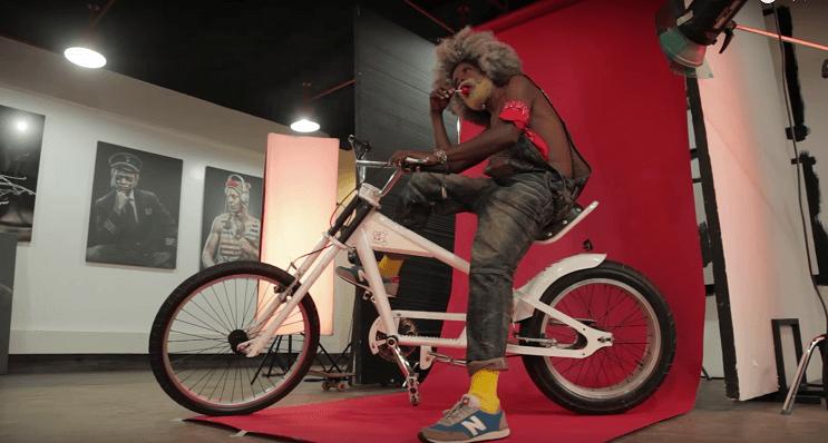 fotografias-que-muestran-a-los-abuelos-fanaticos-del-hip-hop-en-nairobi-bici